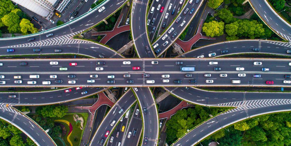 道路を行き交う多数の車の画像