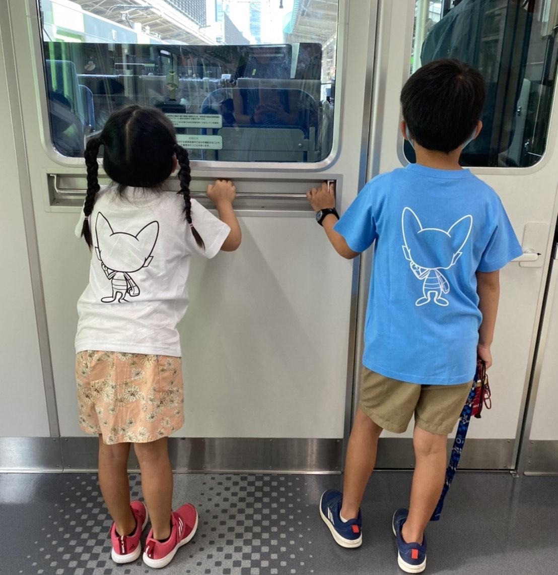 山添さんの夏休みの一コマ。電車好きのお子さんたちの後ろ姿をパシャリ。