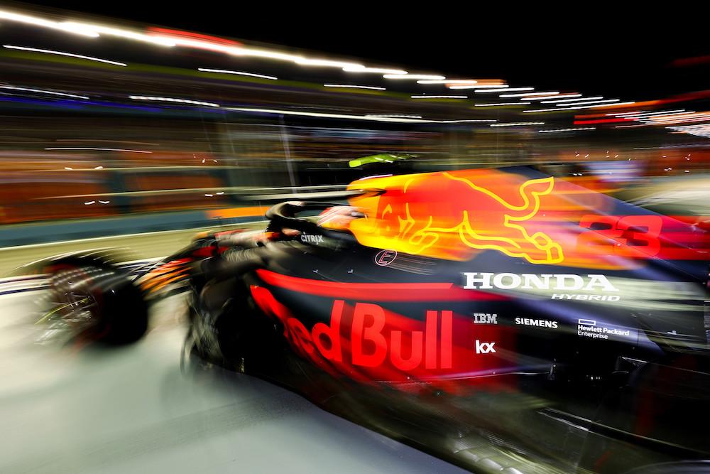 ナイト・レースであるF1シンガポールGPでのレッドブル・レーシングの画像