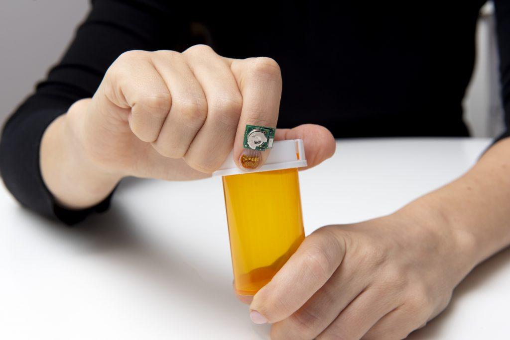 ヒトの動作や健康をモニターする爪装着型センサー。ニューヨーク州ヨークタウンハイツの研究所で撮影(Feature Photo Service)