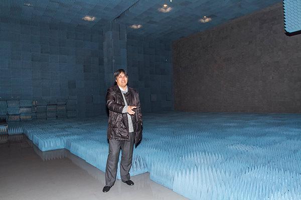 世界最大級を誇る電波暗室 (京都大学生存圏研究所 高度マイクロ波エネルギー伝送実験棟)
