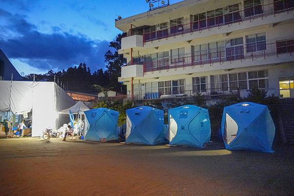 被災地で活躍するWOTA BOXと屋外シャワーキット