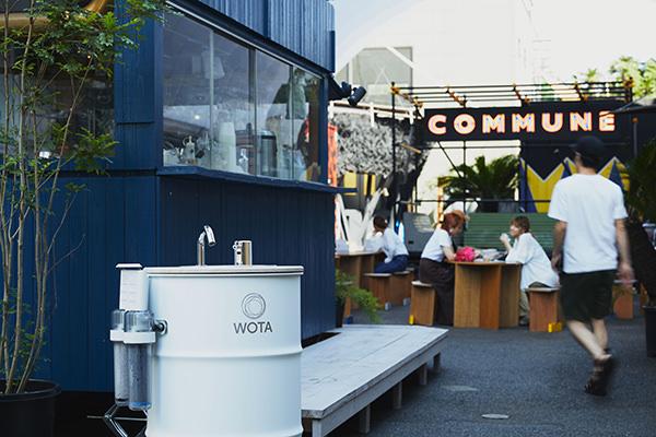 商店街やレストランの入り口に置かれる「WOSH」