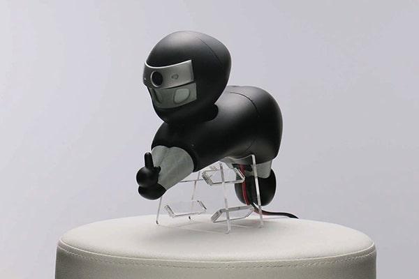人の肩に乗って活躍するニンジャ型ロボット「NIN_NIN」