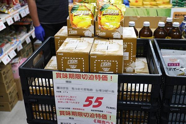 ワケあり食品専門店「エコマル(エコロ★マルシェ)」の商品棚