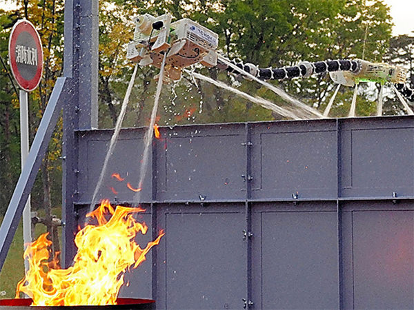 空中に浮きながら消火する「ドラゴンファイヤーファイター」