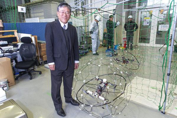 球体の殻をかぶせた飛行ロボットを開発