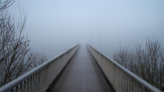 Enslig bro i dimma