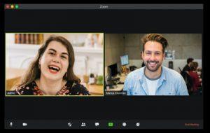 Två personer syns på en datorskärm i ett videomöte, ska visa på ledarskap på distans.