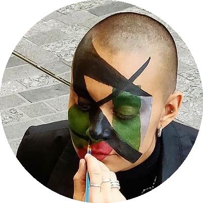 Person får så kallad Dazzle make-up för att undvika igenkänning av AI-system.