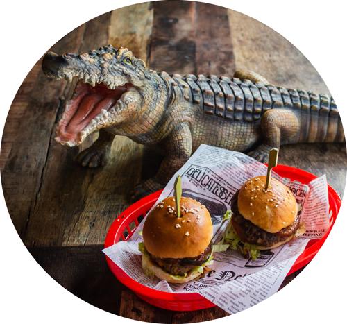 dinosaurie och minihamburgare på restaurant