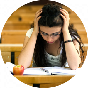 Flicka som läser, bok, penna och äpple