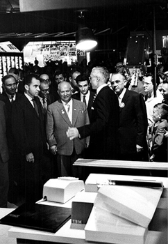 Nixon and Khruschev at the IBM booth at a Moscow trade fare